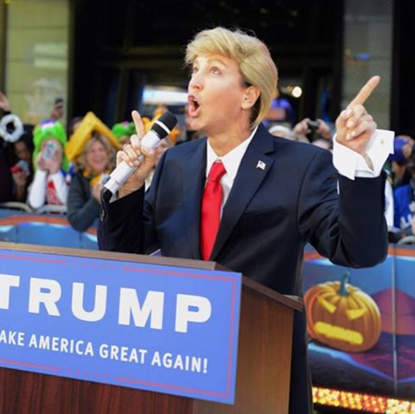 Lara Spencer, apresentadora do programa Good Morning America, da rede ABC, fantasiou-se de Donald Trump