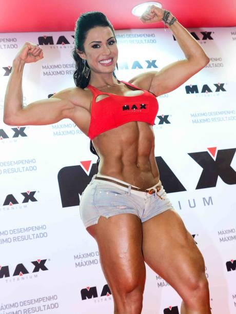 Gracyanne Barbosa exibe músculos em feira em São Paulo