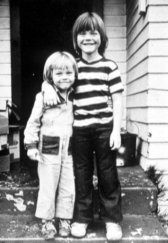 <p>Leonardo DiCaprio (à esquerda) com o irmão, Adam Ferrer, em 1978.</p>