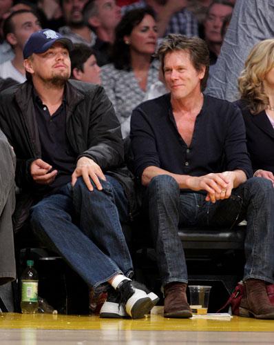 <p>Com o ator Kevin Bacon em jogo da NBA, em 2009.</p>
