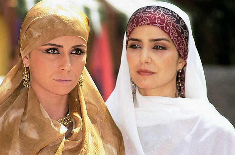 À direita, ao lado de Giovanna Antonelli, em O Clone, de Glória Perez.