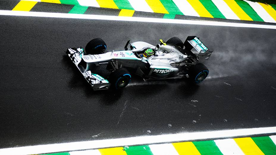 Lewis Hamilton entra na pista para fazer volta classificatória no circuito de Interlagos, em São Paulo