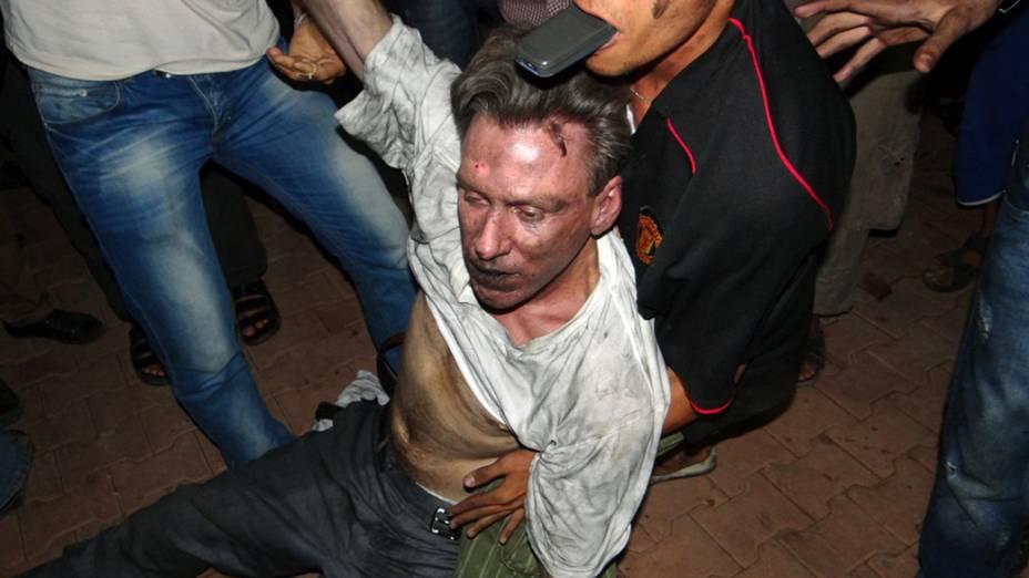 Civis líbios ajudam um homem que, segundo testemunhas, seria o diplomata americano J. Christopher Stevens, logo após o ataque em Benghaz
