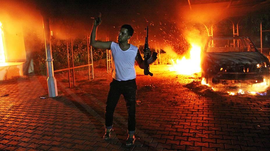 Consulado dos Estados Unidos em Benghazi, na Líbia, em chamas na madrugada desta quarta-feira. O embaixador dos Estados Unidos na Líbia, J. Christopher Stevens, e três funcionários americanos morreram no ataque