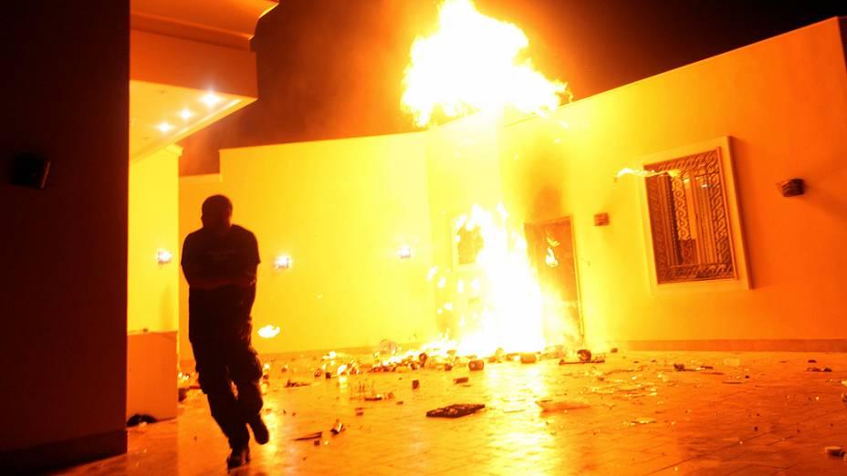 Chamas tomam conta do consulado americano em Benghazi. O embaixador dos Estados Unidos na Líbia, J. Christopher Stevens, e três funcionários americanos morreram no ataque