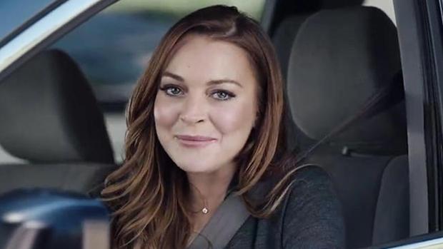 Lindsay Lohan em comercial de empresa de seguro de carro