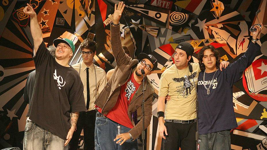 Chorão e a banda Charlie Brown Jr. com o prêmio de melhor Música, no 14º Prêmio Multishow de Música Brasileira 2007, no Theatro Municipal do Rio de Janeiro