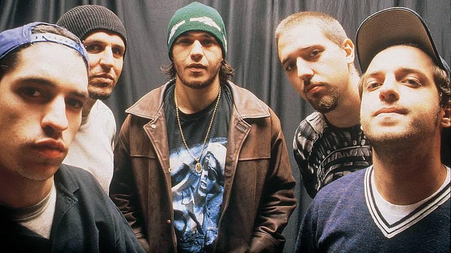 Champignon (baixo), Renato Pelado (bateria), Chorão (vocal), Marcão (guitarra) e Thiago Castanho (guitarra), a formação original do Charlie Brown Jr., em 2001