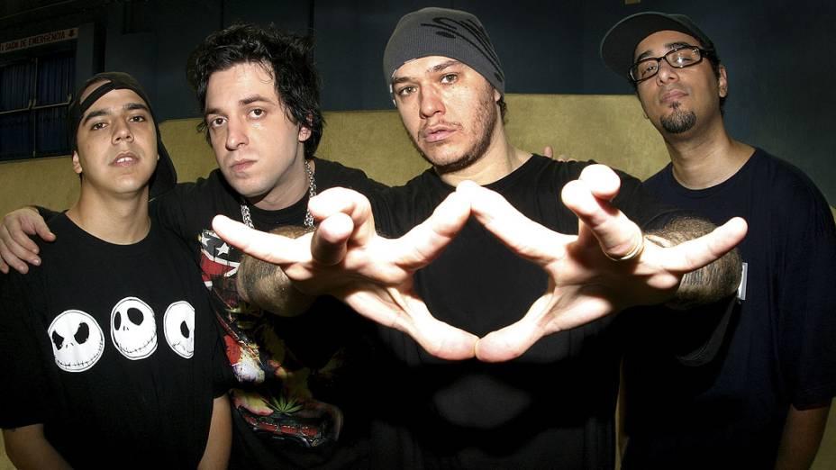 Heitor Gomes (baixo), Thiago Castanho (guitarra), Chorão (vocal) e Pinguim (beatbox) da banda Charlie Brown Jr., em 2005