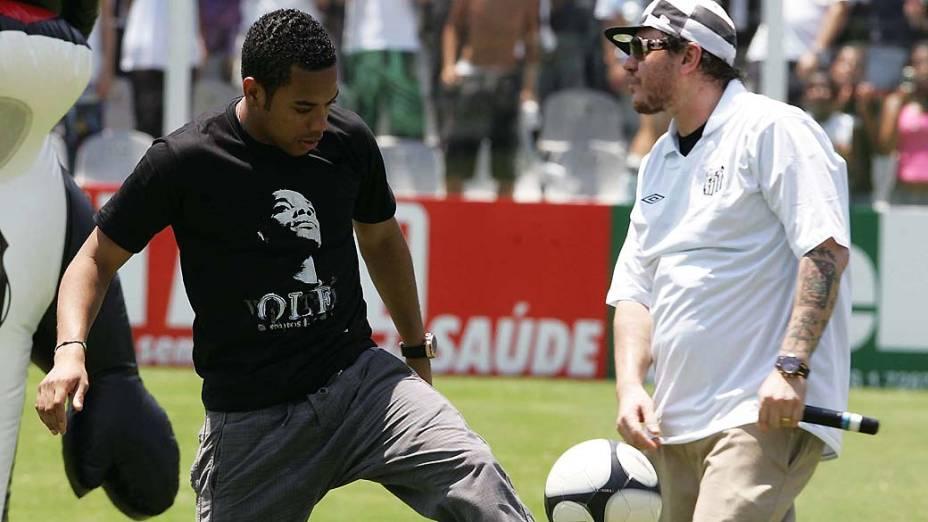 O atacante Robinho com Chorão da banda de rock Charlie Brown Jr, na Vila Belmiro. O músico era fanático pelo Santos