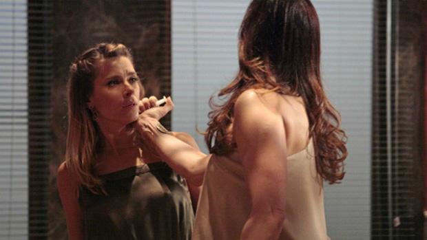 Carolina Dieckmann e Claudia Raia na cena em que Lívia mata Jéssica com uma seringa letal na novela Salve Jorge