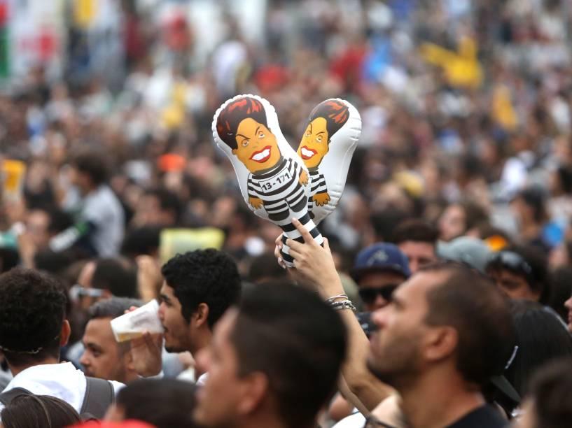Bonecos da presidente Dilma Rousseff são visto no meio da multidão no Festival Lollapalooza 2016, em São Paulo