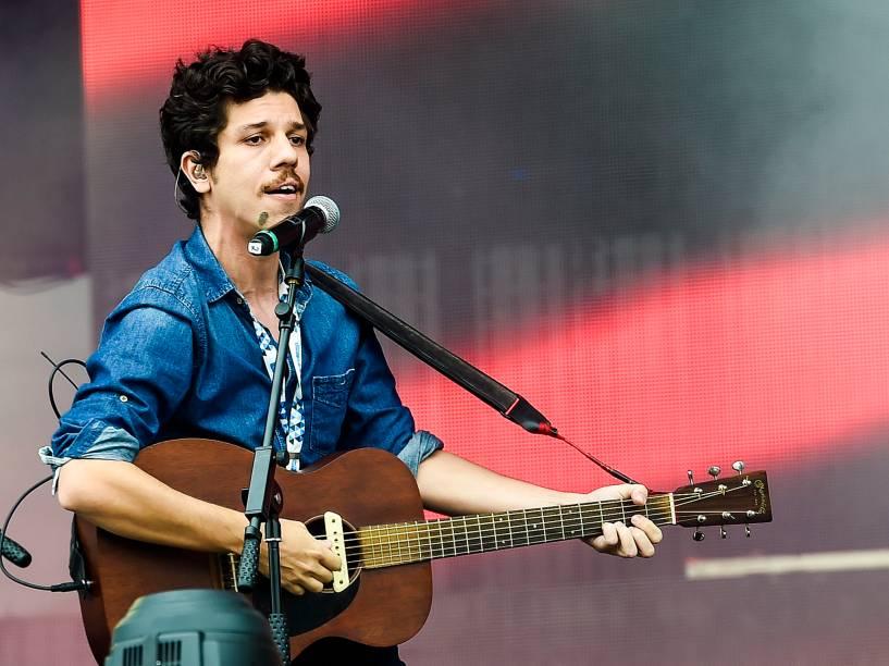 O cantor Helio Flanders faz uma participação especial no show da banda Maglore, no segundo dia do Festival Lollapalooza 2016, em São Paulo