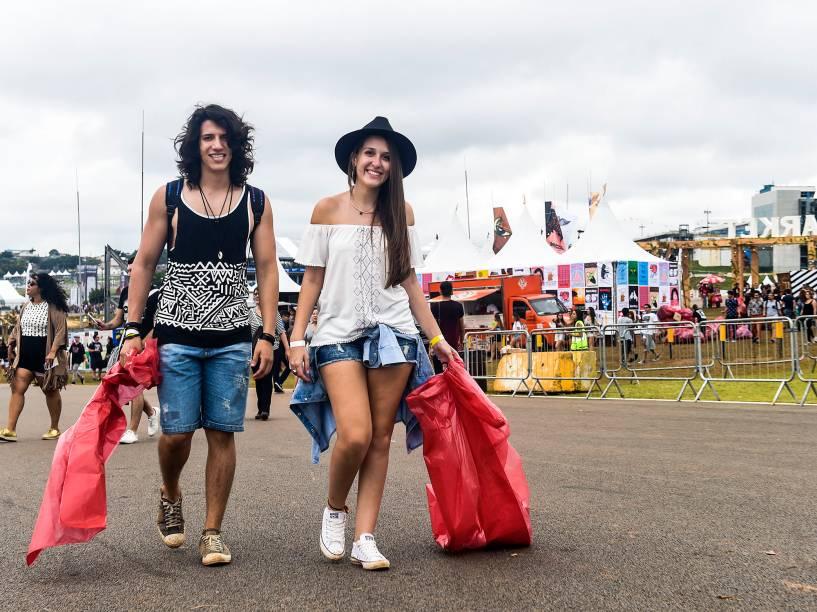 Público participa de ação no Lollapalooza 2016, que troca sacos com lixo recolhido no evento, por camisetas.
