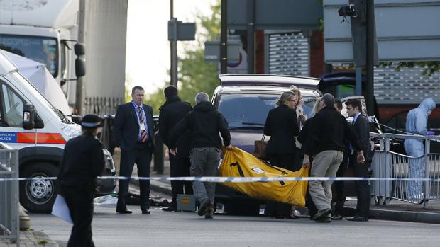Policiais trabalham no local do ataque em Woolwich, Londres