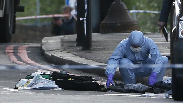 Policial recolhe provas no local do atentado em Woolwich, Londres