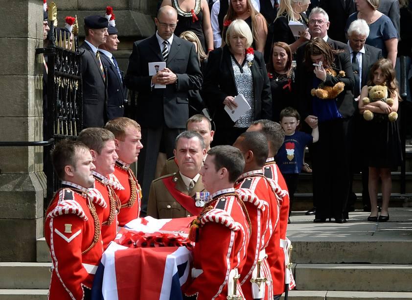 O caixão do fuzileiro Lee Rigby é levado por membros do seu regimento após seu funeral na igreja paroquial em Bury, norte da Inglaterra
