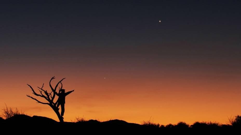 <p>Pôr-do-Sol na Savana africana, mostrando o alinhamento de Júpiter, Vênus e Mercúrio em junho de 2013. Os tons dourados do céu e o homem na árvore estão direcionados para Júpiter</p>