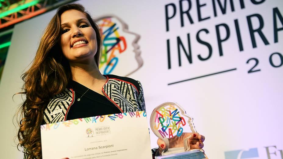 Lorrana Scarpioni mostra o troféu de vencedora do Prêmio Jovens Inspiradores