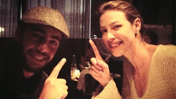 """Luana Piovani e o marido, Pedro Scooby, jantam. """"Quem tá em lua-de-mel levantamãããoooooo!!!"""", escreveu ela no Facebook, em maio de 2013"""