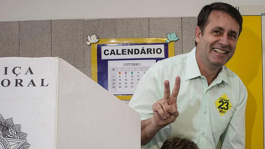 O candidato a prefeito de Vitória (ES), Luciano Rezende (PPS), comparece para votar no Colégio São Domingos em Bento Ferreira