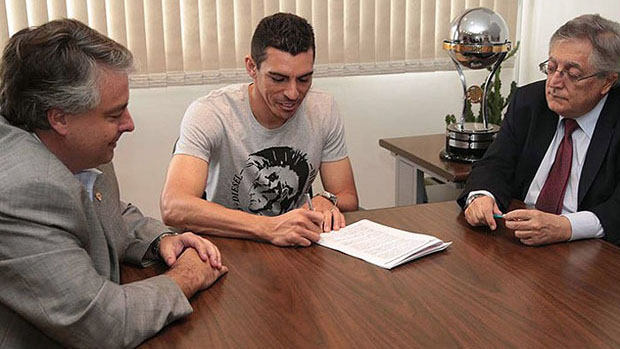 O jogador Lúcio assina contrato com o São Paulo