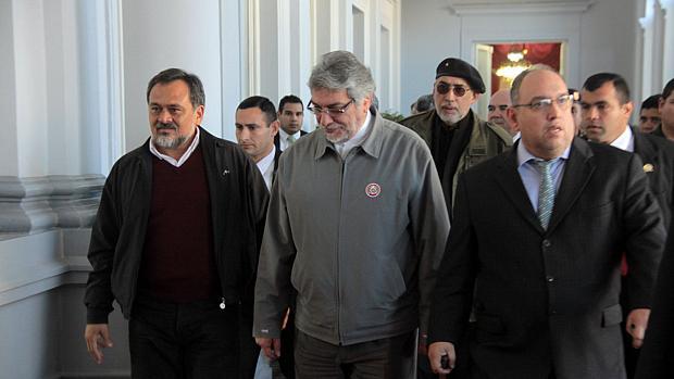 Presidente paraguaio Fernando Lugo deixa o palácio presidencial em Assunção
