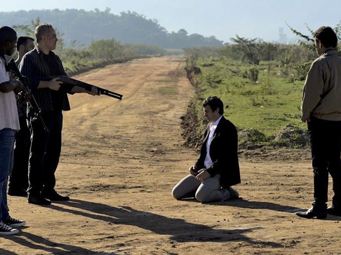 Luís Fernando (Gabriel Braga Nunes) é ameaçado pelos capangas de Aderbal (Marcos Palmeira)