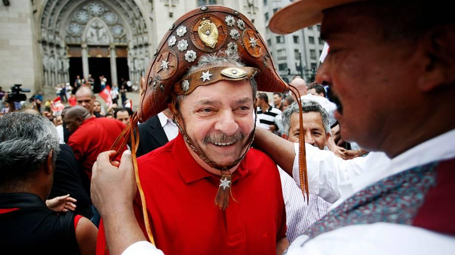 Luiz Inácio Lula da Silva recebe chapéu em evento com Fernando Haddad no centro de SP, em 05/10/2012