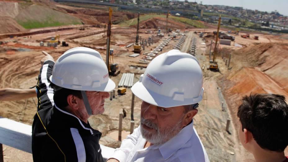 Andres Sanchez, presidente do Corinthians, e ex-presidente da república Luiz Inácio Lula da Silva visitam as obras do estádio do clube, apelidado de Itaquerão