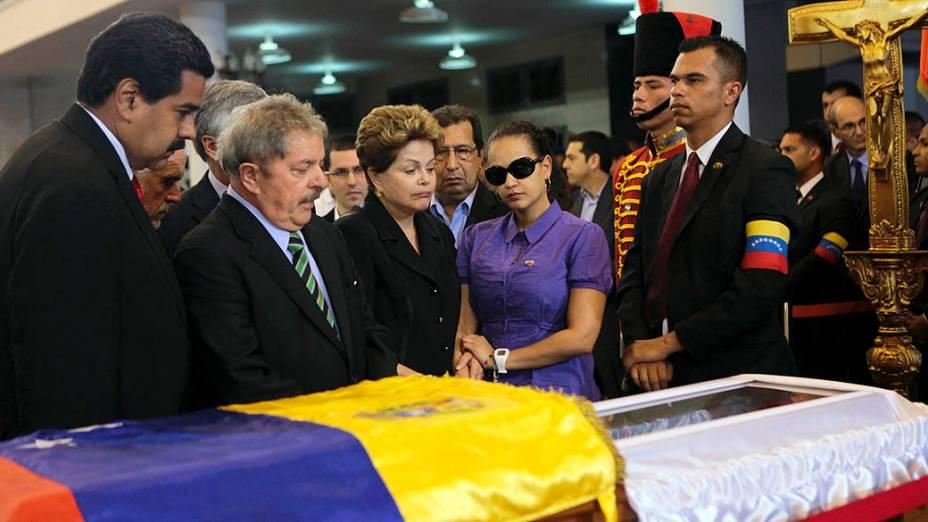 O vice-presidente venezuelano Nicolas Maduro, o ex- presidente do Brasil Lula e a presidente Dilma Rousseff no velório de Hugo Chávez, na Academia Militar de Caracas