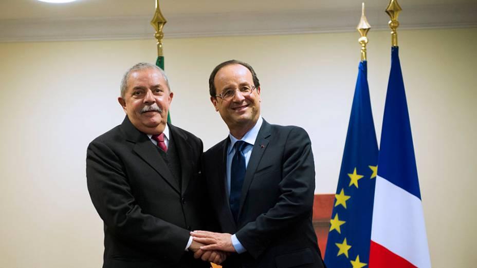 O presidente francês, François Hollande aperta a mão do ex-presidente do Brasil Luiz Inácio Lula da Silva nos bastidores da ONU Rio 20 Conferência sobre Desenvolvimento Sustentável, no Rio de Janeiro