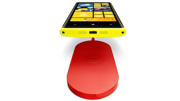 O Lumia 920, o novo celular da Nokia, é lançado com uma base especial para executar a recarga sem fio