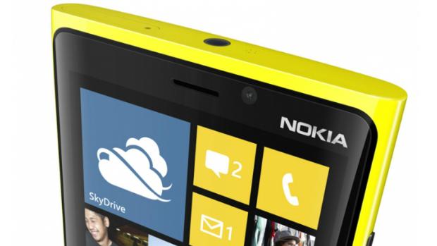 Visão do topo do Lumia 920, com o conector para fones de ouvido e compartimento para conector USB e câmera frontal