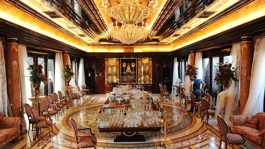 O prédio principal de Mezhyhirya, em estilo barroco, é todo em mármore com ícones cobertos de ouro