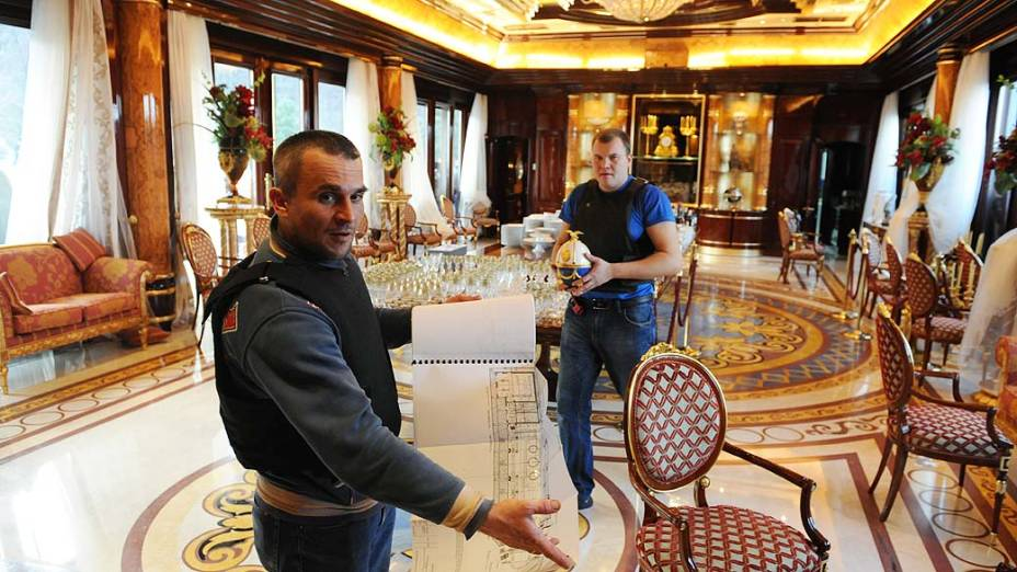 Manifestante que guarda a residência do presidente deposto mostra o luxo da residência de campo do presidente deposto Viktor Yanukovych foi aberta ao público sábado à noite
