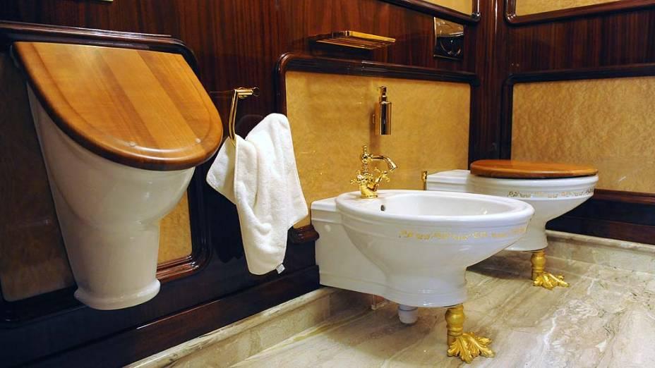 No banheiro, peças do lavabo são revestidas de ouro, na luxuosa residência de campo do presidente deposto Viktor Yanukovych