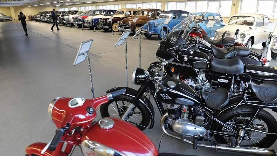 Coleção de carros e motos é vista na garagem da luxuosa residência de campo do presidente deposto Viktor Yanukovych foi aberta ao público sábado à noite