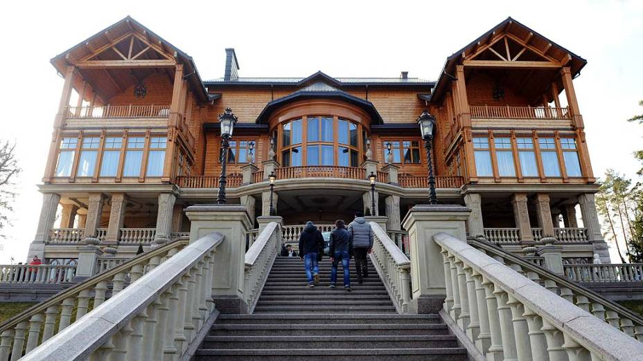 Entrada da Mezhyhirya, a luxuosa residência de campo do presidente deposto Viktor Yanukovych foi aberta ao público sábado à noite