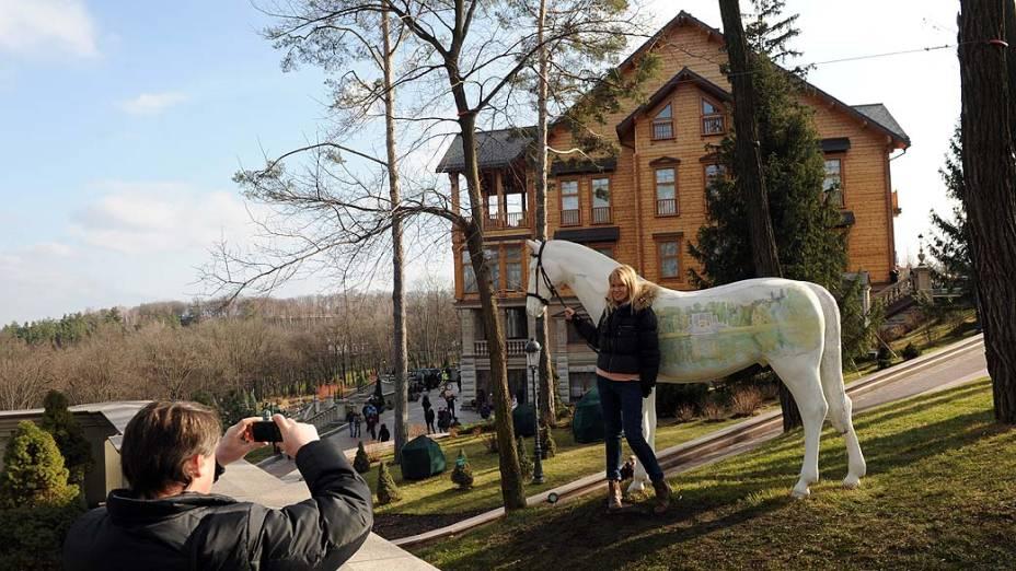 A luxuosa residência de campo do presidente deposto Viktor Yanukovych foi aberta ao público sábado à noite