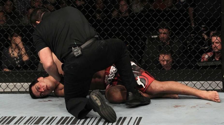 Lyoto Machida, desacordado depois de ser finalizado por Jon Jones no UFC 140