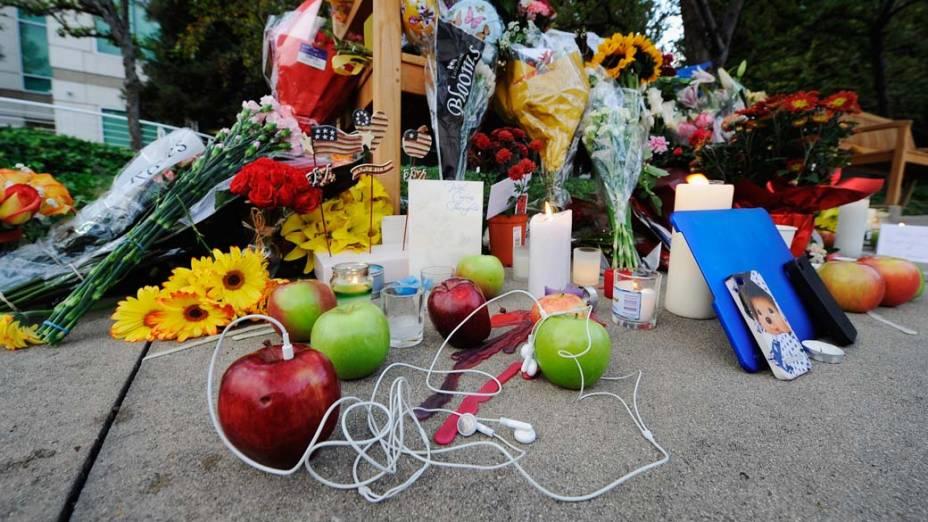 Homenagens deixadas em homenagem a Steve Jobs em memorial improvisado próximo à sede da Apple na Califórnia