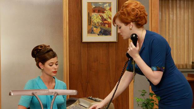 Jane Siegel (Peyton List) e Joan Holloway (Christina Hendricks), no seriado Mad Men