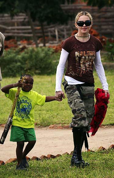 Madonna com seu filho adotado, David Banda, em Malauí, em 2009