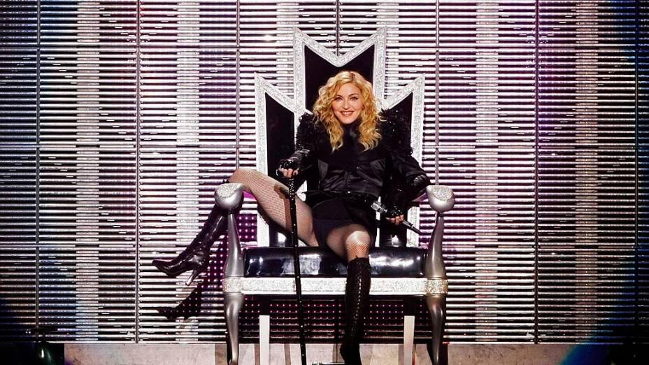 Madonna durante a turnê Sticky and Sweet em Bucareste, em 2009