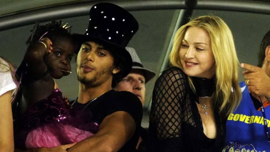 O modelo Jesus Luz, a filha de Madonna e a cantora assistem ao Desfile das Escolas de Samba do Grupo Especial do Rio de Janeiro, na Marquês de Sapucaí, em 2010
