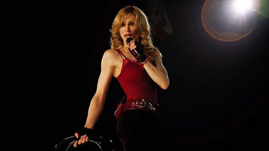 """Madonna em apresentação durante a """"The Confessions Tour"""" em 2006"""