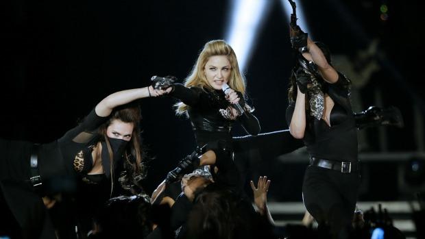 Madonna em show da turnê <em>MDNA</em> na França