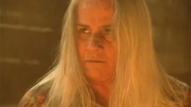 Mãe Lucinda (Vera Holtz) coloca fogo no barraco de Nilo (José de Abreu)