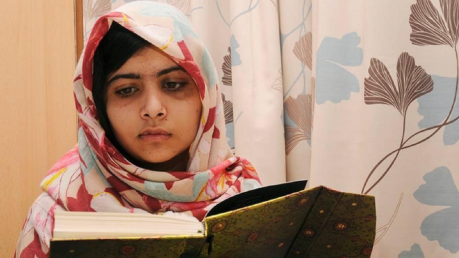 A paquistanesa Malala Yousafzai, 15, que foi baleada pelo Talibã por causa de um blog em que ela defendia o acesso de meninas à escola, se recupera em um hospital em Birmingham, na Inglaterra (09/11/2012)
